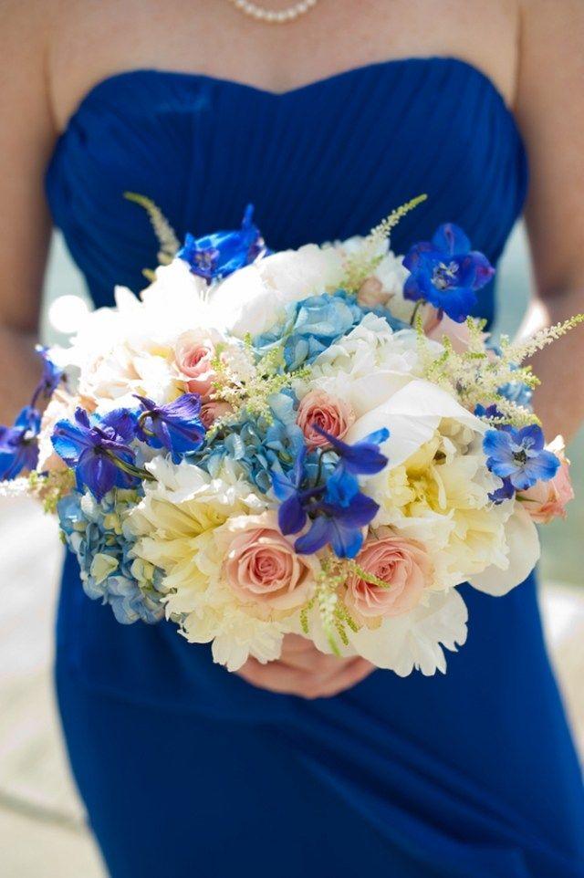 Jungfern Blaues Kleid Blumenstrauss Ideen Dezente Blaue Bluten Kompakt Gebunden Brautjungfernbouquet Pfirsich Hochzeitsfarben Brautstrauss