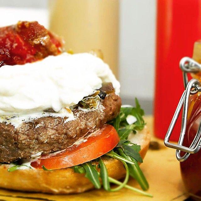 """Il nome è una garanzia """"Different"""" è il Burger che tiene alto il nome del locale, carne macinata di ottimo Roast Beef, mozzarella DOP, composta di verdure , Bacon e Different Sauce...Una bomba di sapori! #differentburger #degustazione #milan #thebestintown #lagoogledeglihamburger #newmenú #foodporn"""