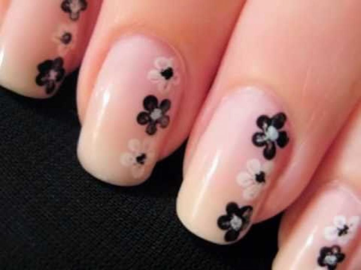 Simple and easy flower nail art design. Suitable for beginners, all ...