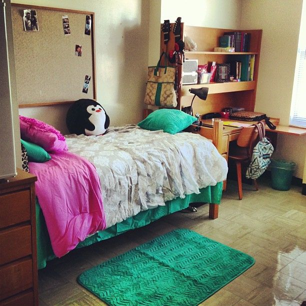 Colorful Dorm Room: The #emerald Details In This Colorful Dorm Room Bring A
