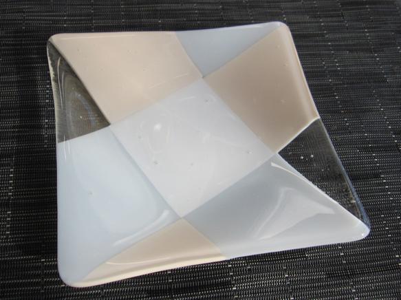 不透明と半透明の白と不透明のサーモンピンクの組み合わせです。優しい上品な色合いで、どんなお料理にも合います。正方形ですが、真ん中に向かってゆるやかにカーブして... ハンドメイド、手作り、手仕事品の通販・販売・購入ならCreema。