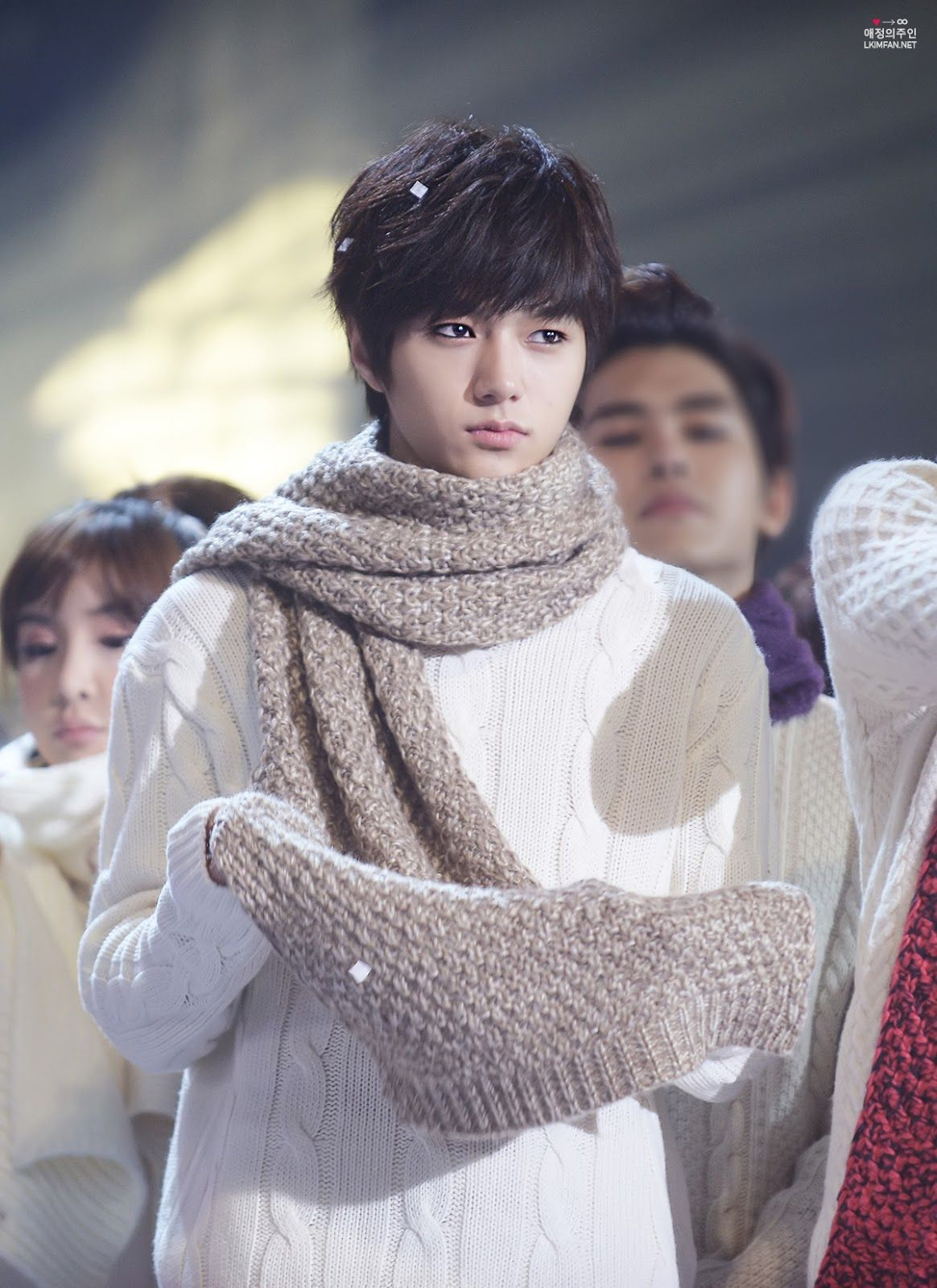 Aigoo!!!! Myungsoo can be hot AND super cute.......