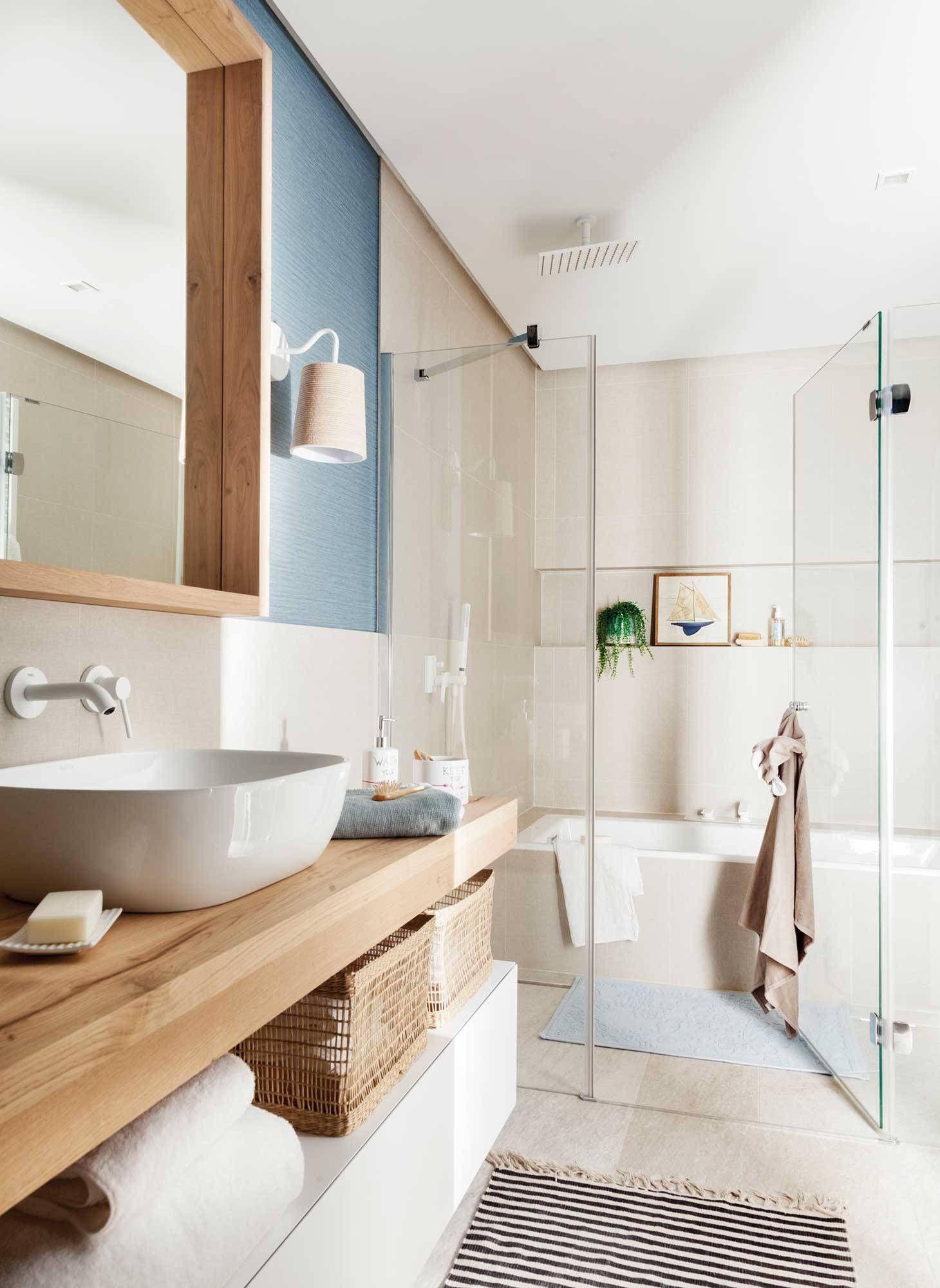 Un baño con bañera y ducha en 2020 | Ducha y bañera, Baños ...