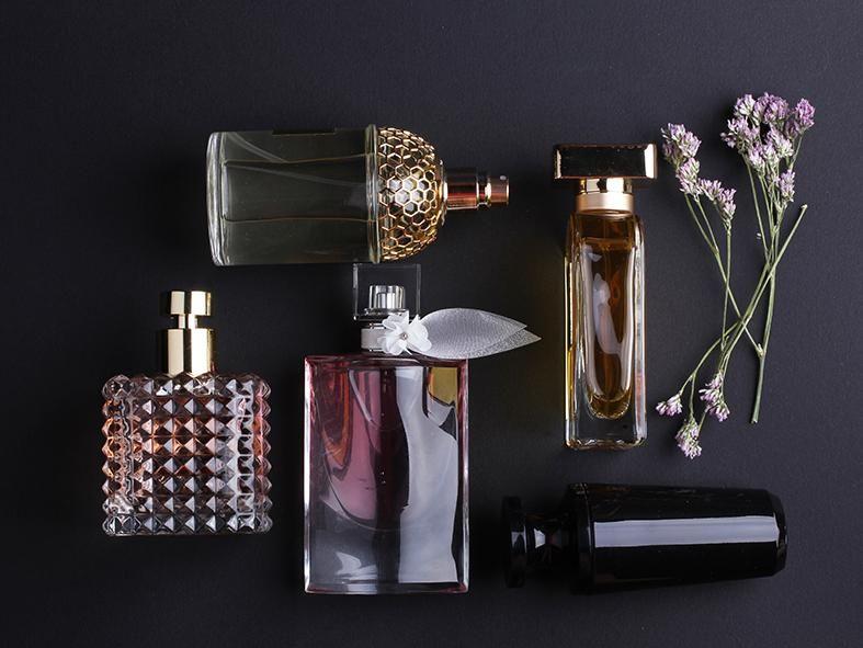 احلى العطور قد جمعنا لكم باقة من اجمل العطور التي تناسب الرجال و النساء الذين يبحثون دوما عن احلى العطور لتزي Long Lasting Perfume Perfume Perfume Photography