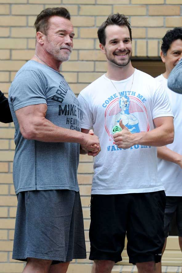 Come With Me If You Want To Lift Arnie Meets A Fan With A T Shirt Featuring Himself Celebrity Wotnot Arnold Schwarzenegger Arnold Schwarzenegger Movies Schwarzenegger