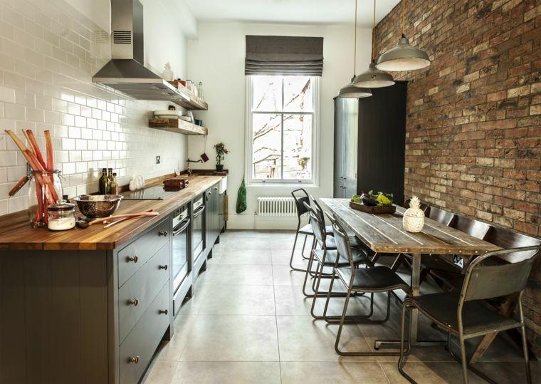 mobili della cucina scuri con top in legno, tavolo rettangolare ...