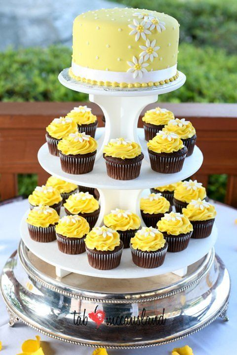 Anna Cakes | Cupcakes Like the yellow on the couple\'s cake | Wedding ...
