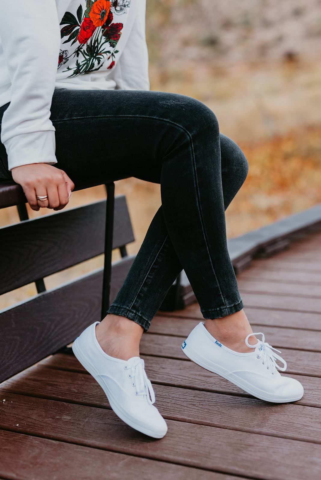 Sneaker outfits women, White keds outfit