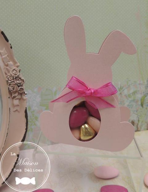 Ballotin à dragées lapin couleur rose nacré, dont la fenêtre