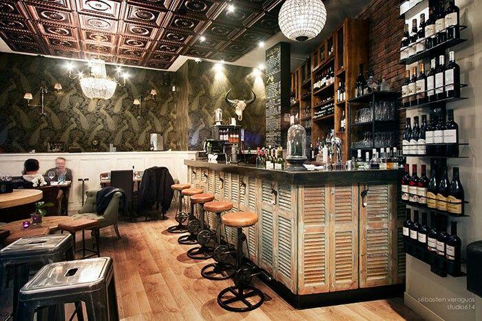 Bar con puertas