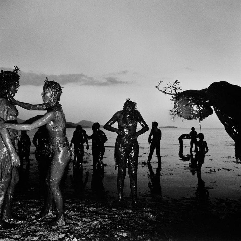 Bloco da Lama, Parati, 1995 por Claudio Edinger.