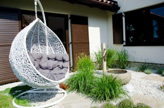 schaukel-im-garten-staender-cocoon-design-graeser-kies - vorgarten gestalten mit kies und grasern