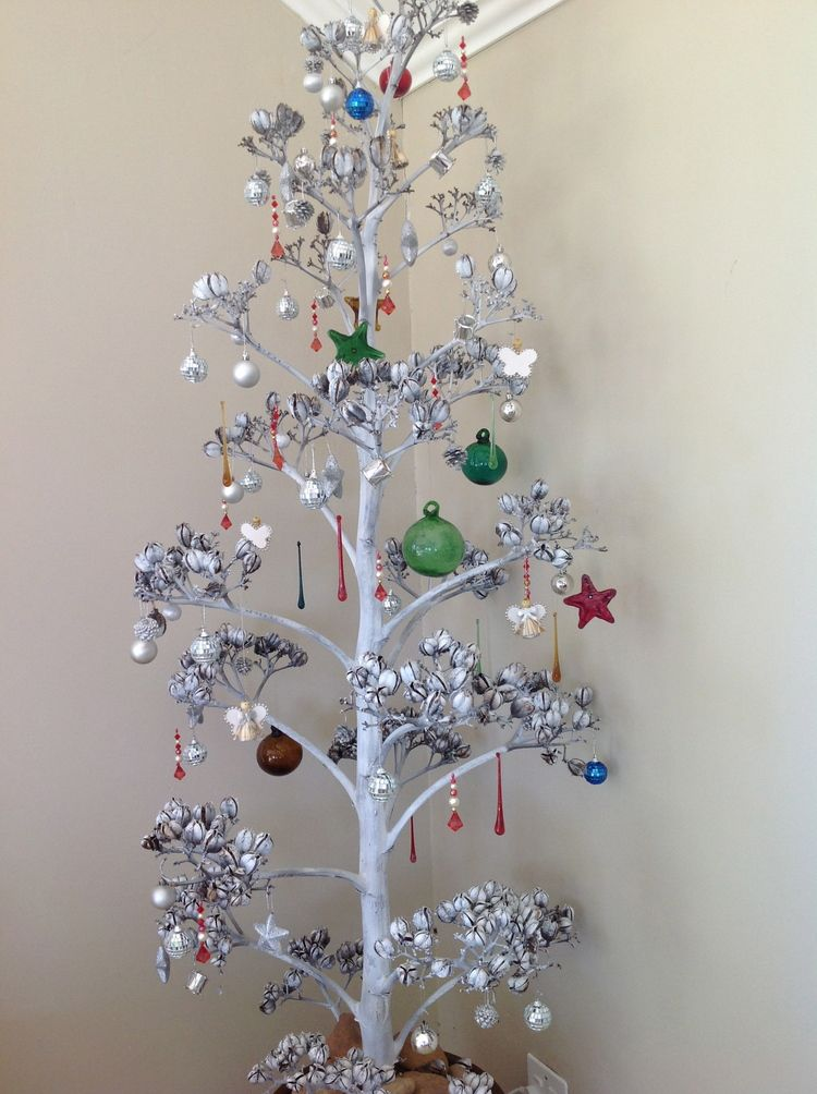 At Bakkie S Bed Breakfast In South Africa We Saw How A Giant Agave Flower Was Repurposed As A Chr Christmas Decor Diy African Christmas Christmas Decorations