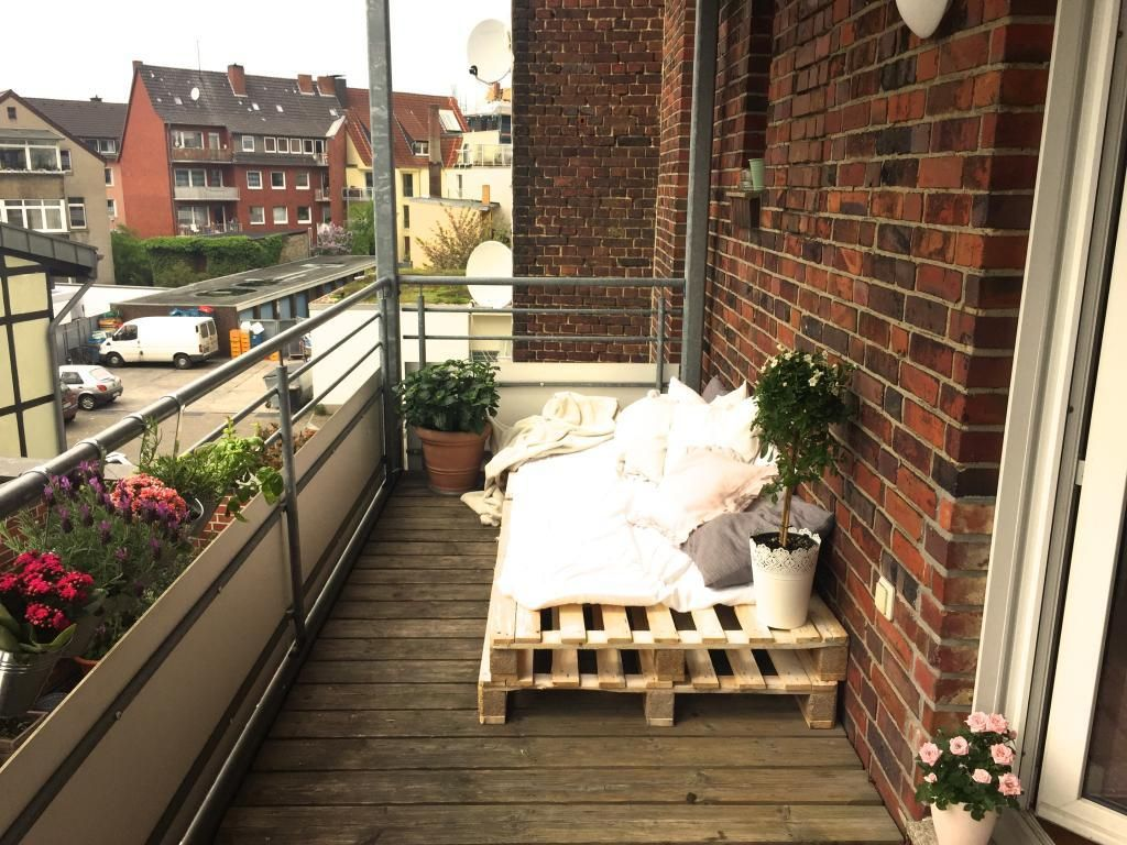 selbstgebaute gartenm bel versch nert diesen balkon sofa aus paletten mit gem tlichen decken. Black Bedroom Furniture Sets. Home Design Ideas