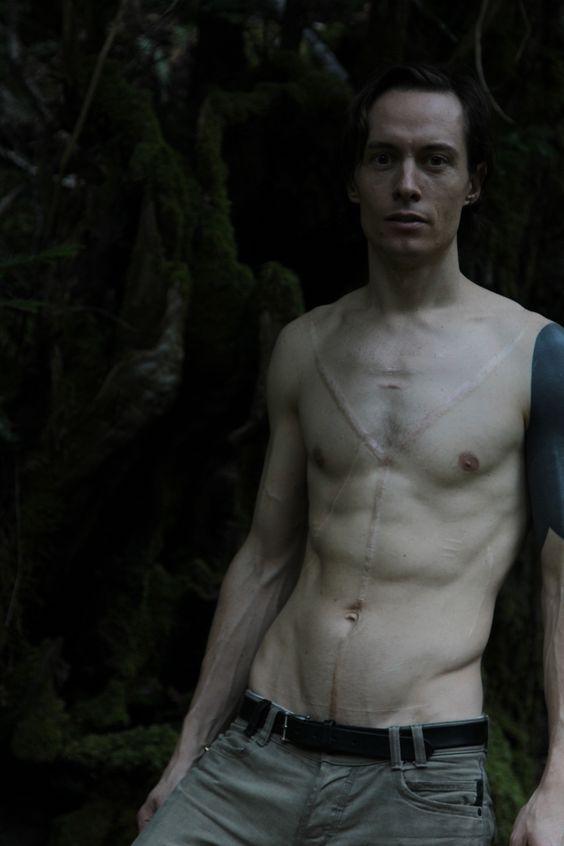 Порноактер с черным рукавом тату
