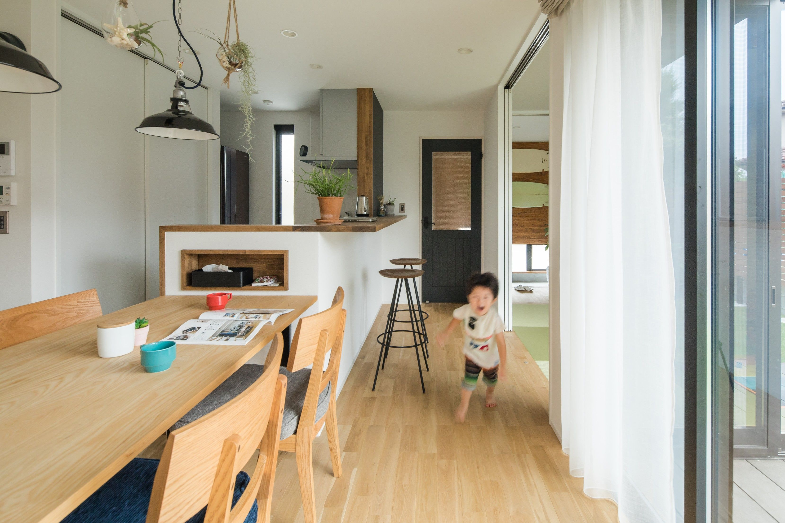 家族との会話が楽しめるカウンターキッチン 遊ぶ子どもの様子を見守りながらも 食事の準備 片付けはシンプル動線 という計算されたレイアウトです ルポハウス 設計士とつくる家 注文住宅 デザインハウス 自由設計 マイホーム 家づくり 施工事例 滋賀