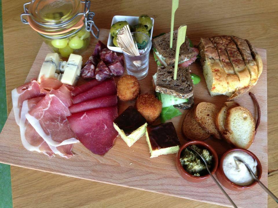 Borrelhapjes idee n een selectie van verschillende snacks op een houten plankje hapjes - Ideeen van voorgerecht ...