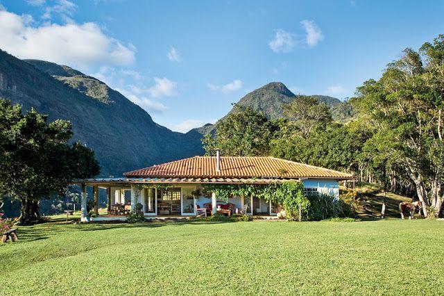 A Cor Coral: Uma casa brasileira com vista para a montanha