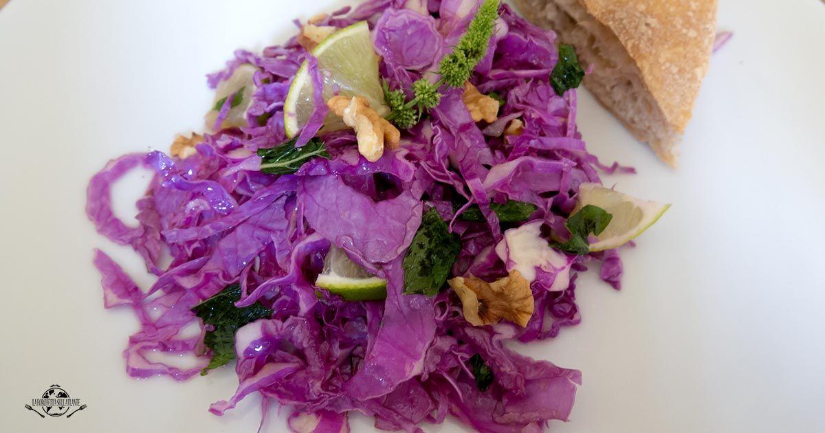 Le insalate sono prerogativa dell'estate ma anche l'inverno può sorprenderci: è il caso di questa insalata croccante con cavolo viola, noci, lime e menta!
