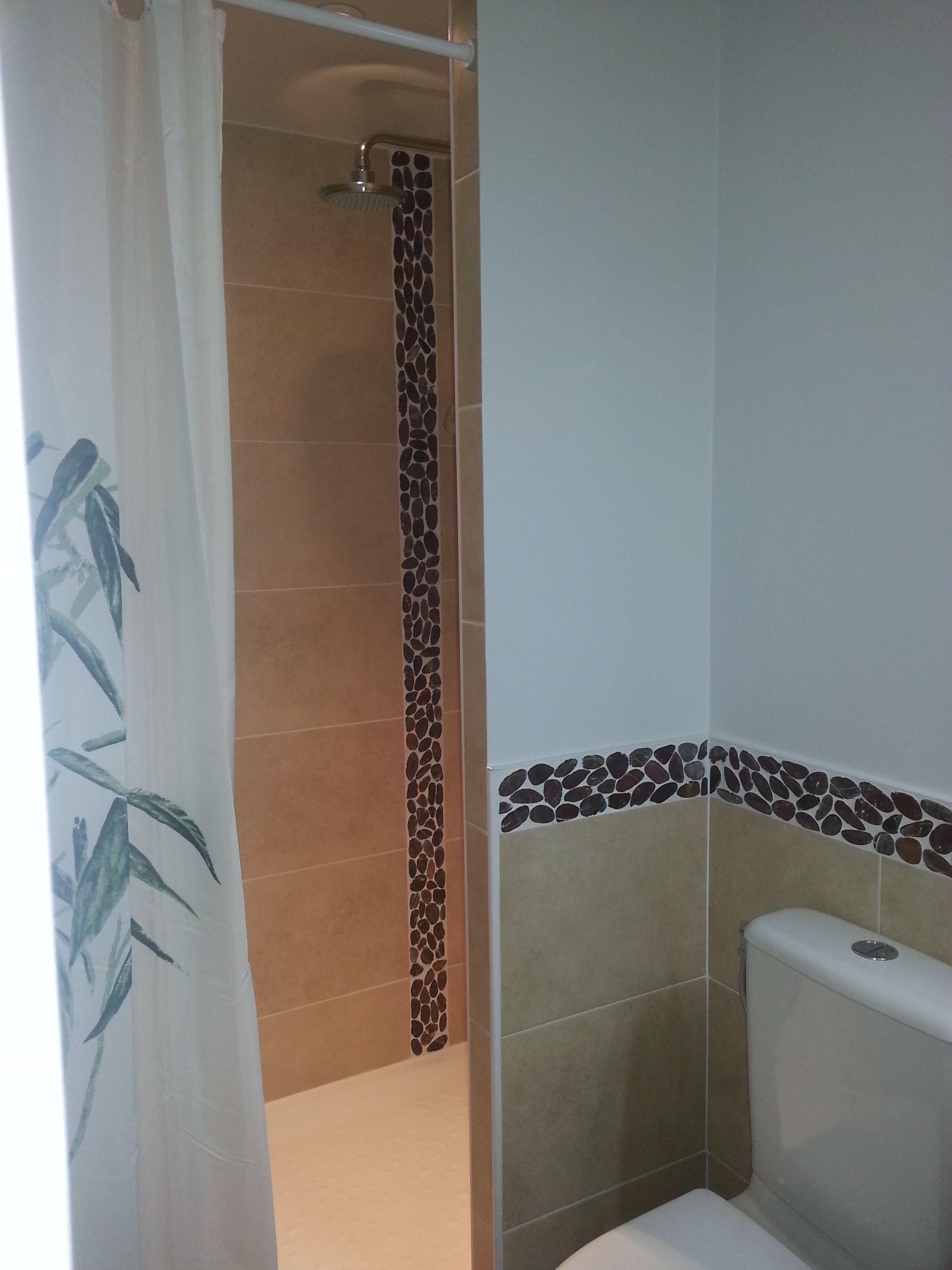 le jeu des couleurs et de la disposition de la frise de galets bathroom pinterest galet. Black Bedroom Furniture Sets. Home Design Ideas