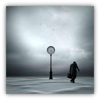 ORACION PARA PEDIR AYUDA EN LA DEBILIDAD. Fotografía surrealista en blanco y negro de un hombre cabizbajo, pasando junto a una torre de reloj en un sitio desolado. Imagen de Philip McKay.