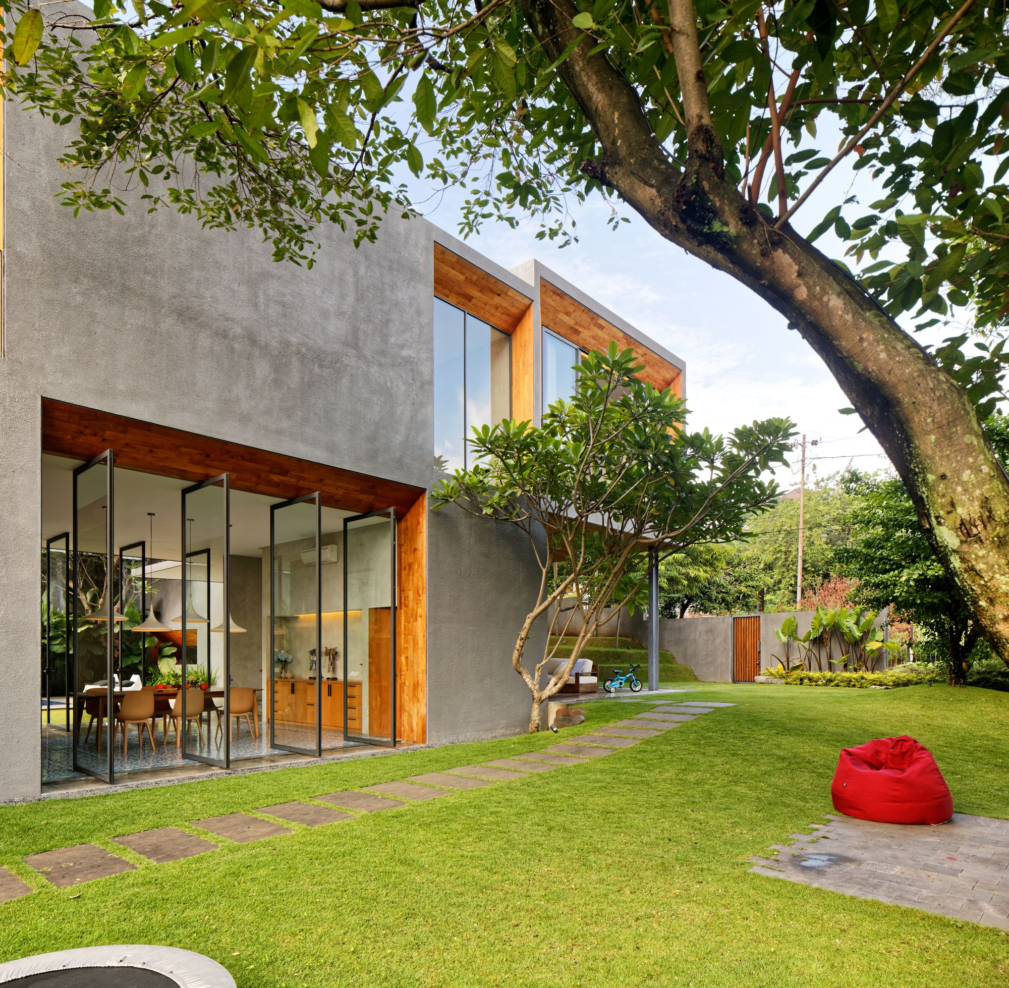 Contemporary Tropical House Tanga House: Gallery Of Inside Outside House / Tamara Wibowo Architects