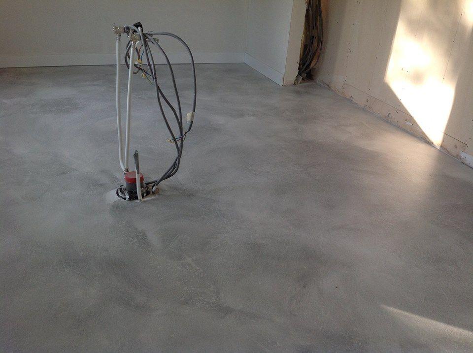 Pin van de oude bank op betonlook verf vloeren painting