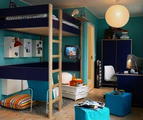Debajo de esta cama tenemos una pequeña sala, la cual cuenta con TV