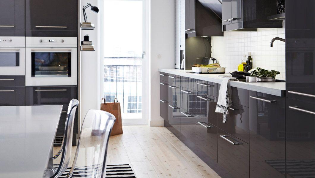 Cocina gris oscuro todo mesada blanca alta for Diseno de cocinas ikea