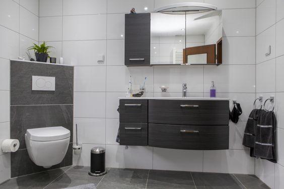 Ein großes Waschbecken mit viel Ablageplatz Große