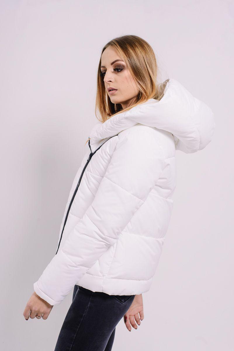 e6189640d57 Белая короткая куртка-пуховик с капюшоном Lilo. Купить в Lilo -  производитель женской одежды  пальто