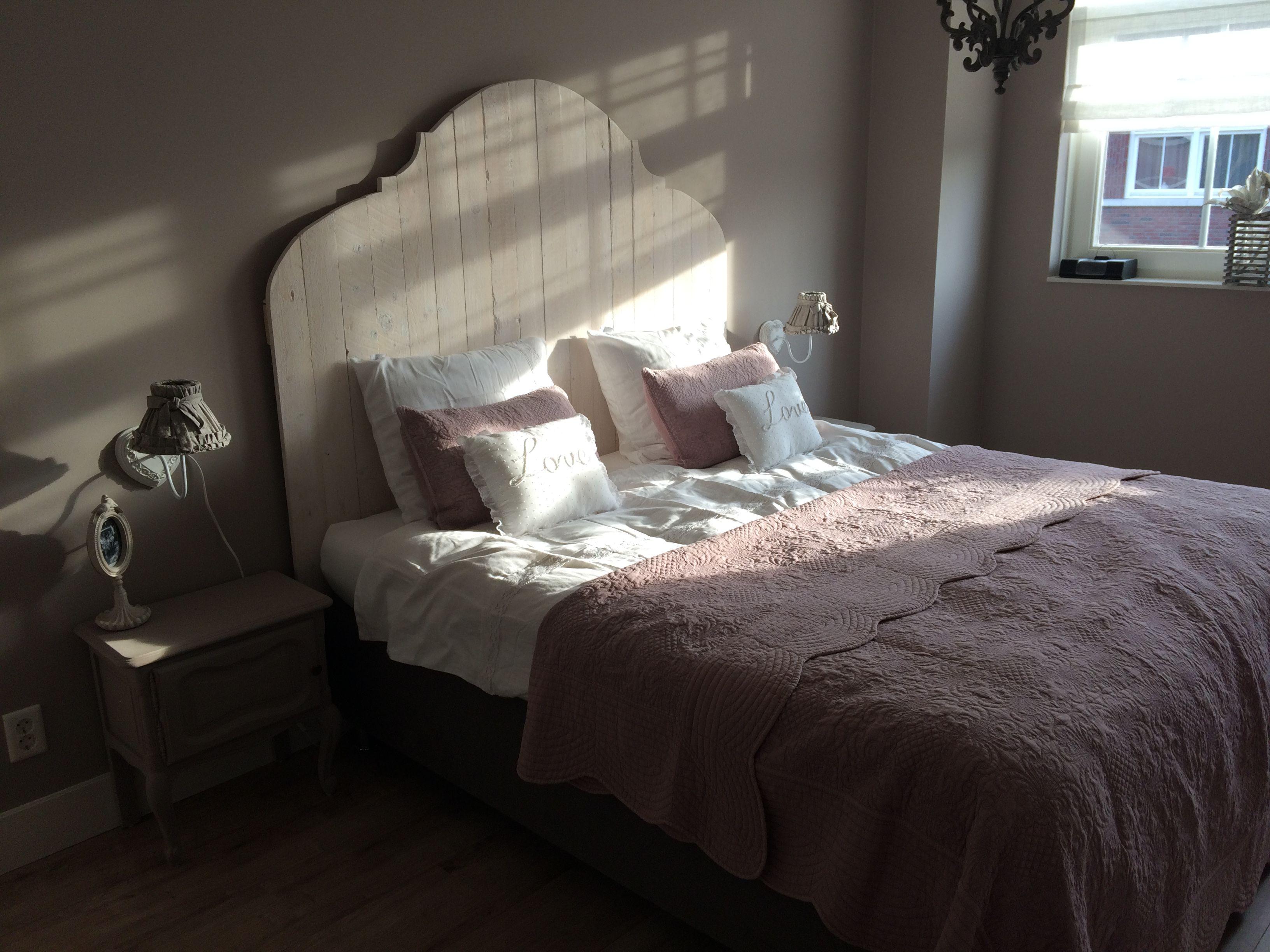 Lieve brocante slaapkamer met houten hoofdbord ons leuke lieve