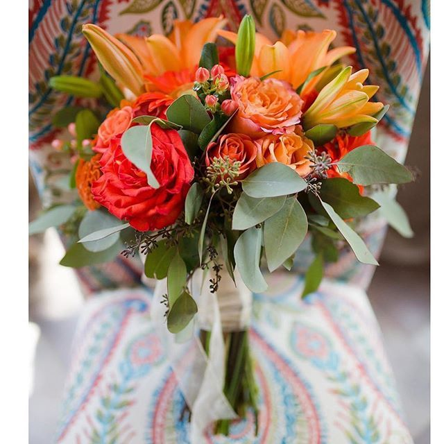 We have some serious bouquet envy! The shades of orange coordinated perfectly with each other to give the perfect pop of color.  Photo Credit: @amberlowephoto . . #bouquet #weddingbouquet #weddingflowers #weddingphotography #wedding #pretty