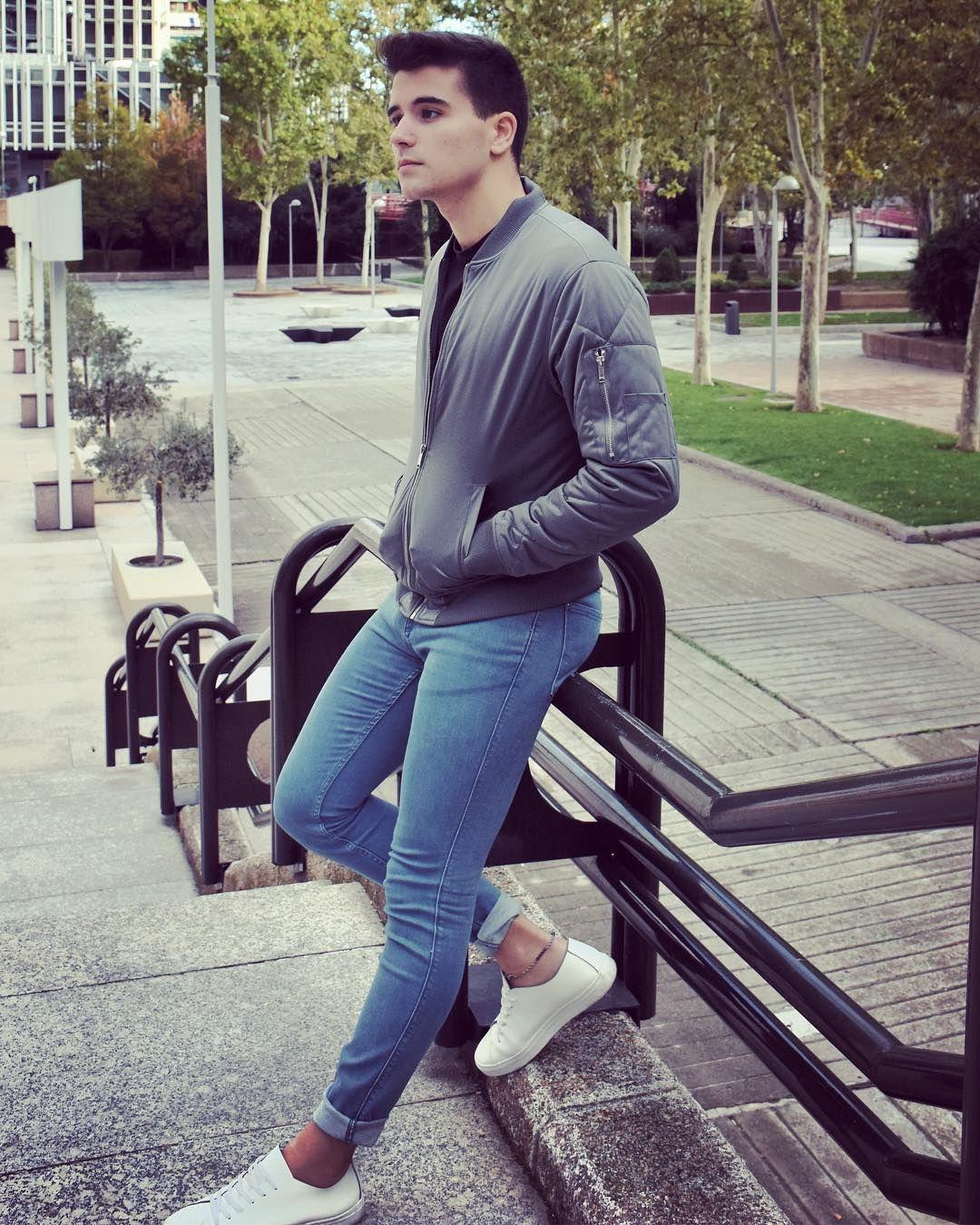 Парень в обтягивающих джинсах фото