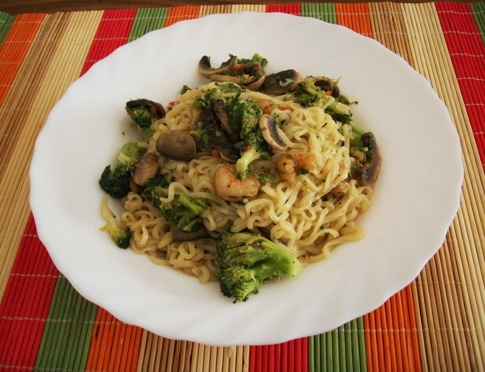 Fideos chinos fritos con brócoli, gambas y champiñones // Fried noodles with brocoli, mushrooms and prawns.