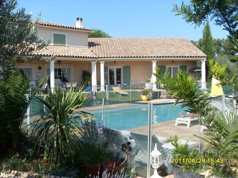 Piscine sécurisée par une clôture, avec nage à contre-courant, plage - location villa piscine couverte chauffee