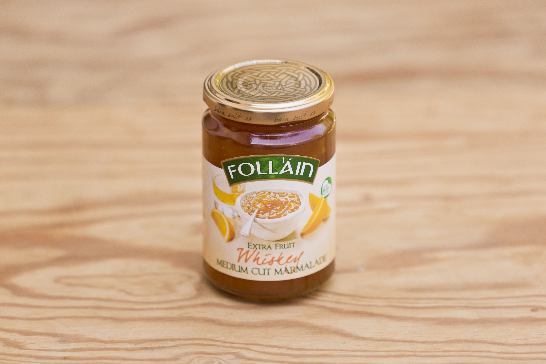 Whiskeymarmelade von Follain, Follain ist einer der bekanntesten und beliebtesten Produzenten und stellt seine Marmeladen aus 100% natürlichen Zutaten nach alten irischen Rezepten her, ohne Geschmacks- Farb- und Konservierungsstoffe. Die Marmeladen werden für maximale Frische in hochwertigen Gläsern vakuumverpackt. Die Firma ist im Zentrum des landwirtschaftlich geprägten West Cork ansässig, die Qualität ist die von hausgemachten Produkten.