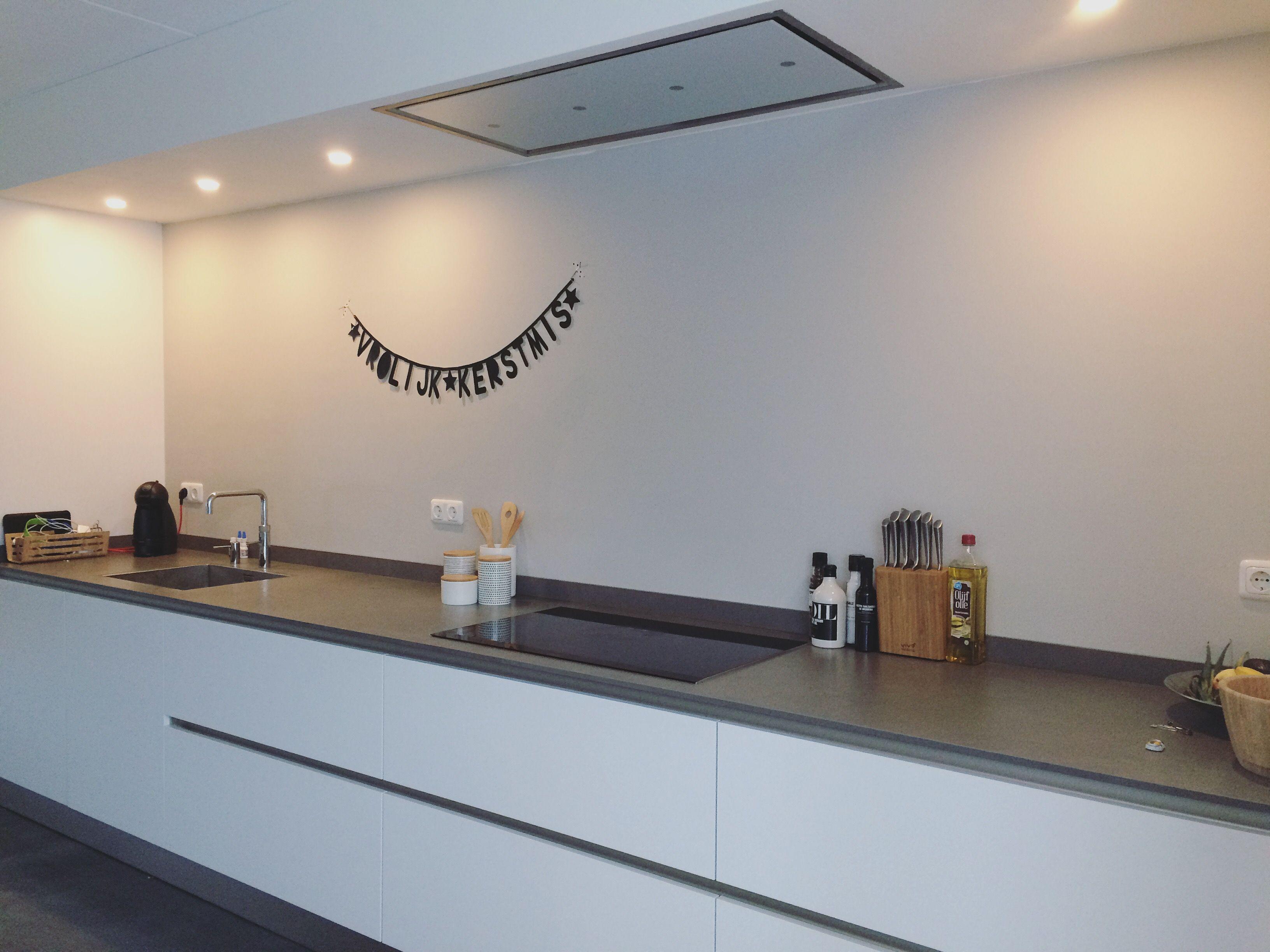 Plafond Afzuigkap Keuken : Keuken strakke keuken witte keuken afzuigkap in plafond kuchenland