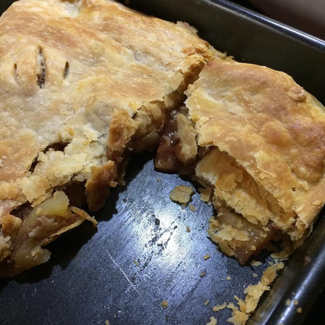 Finishing up the night with apple slab pie. The pastry is so flaky!!! #pie #homemade #madewithlove #madefromscratch #apple #thanksgiving