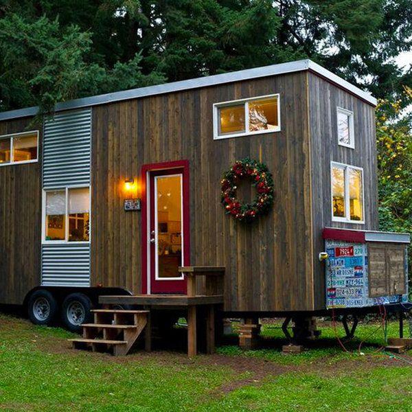Una pequeña cabaña acondicionada con todo lo necesario para vivir cómodamente.