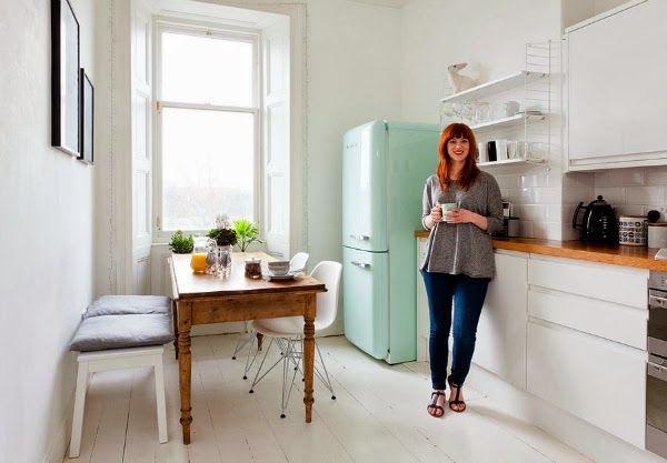 Jääkaappi, avohylly ja puutaso rikkovat kivasti liian kliinistä valkoisuuslookia.