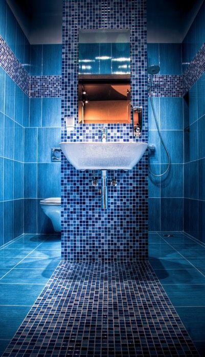 Salle de bain avec son chemin mosaïque vers l\u0027espace lavabo et sa