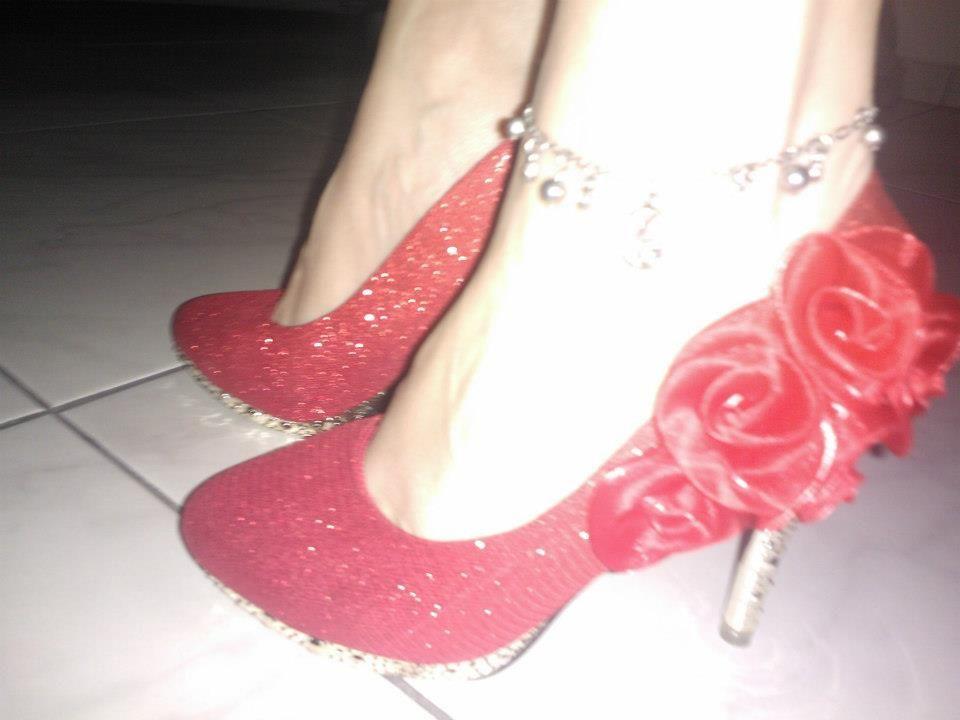 98b23028b5 ... Sapatos Importados de Parise Joias. Scarpin de couro ecológico  brilhante com salto trabalhado de 10cm. Detalhes no salto e meia