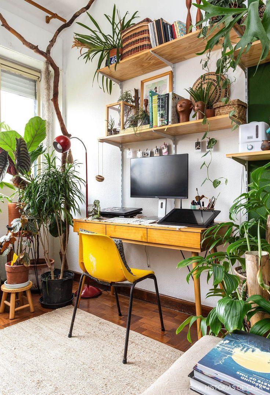 Home Office mit Reling und gelbem Stuhl hat viele Pflanzen und ...