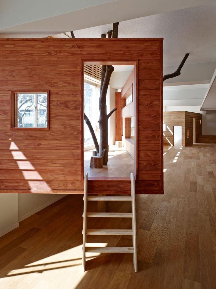 Baum Im Baumhaus, Das Eigentlich Sich Im Innenraum Befindet ... Wendeltreppe Um Einen Baum Baumahus