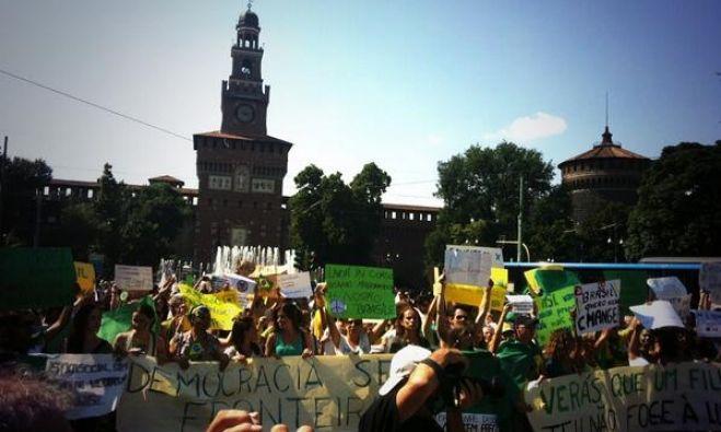 Manifestando com a comunidade brasileira de Milão para um Brasil melhor!!! #mudabrasil #OgiganteAcordou #VemPraRua (@ )