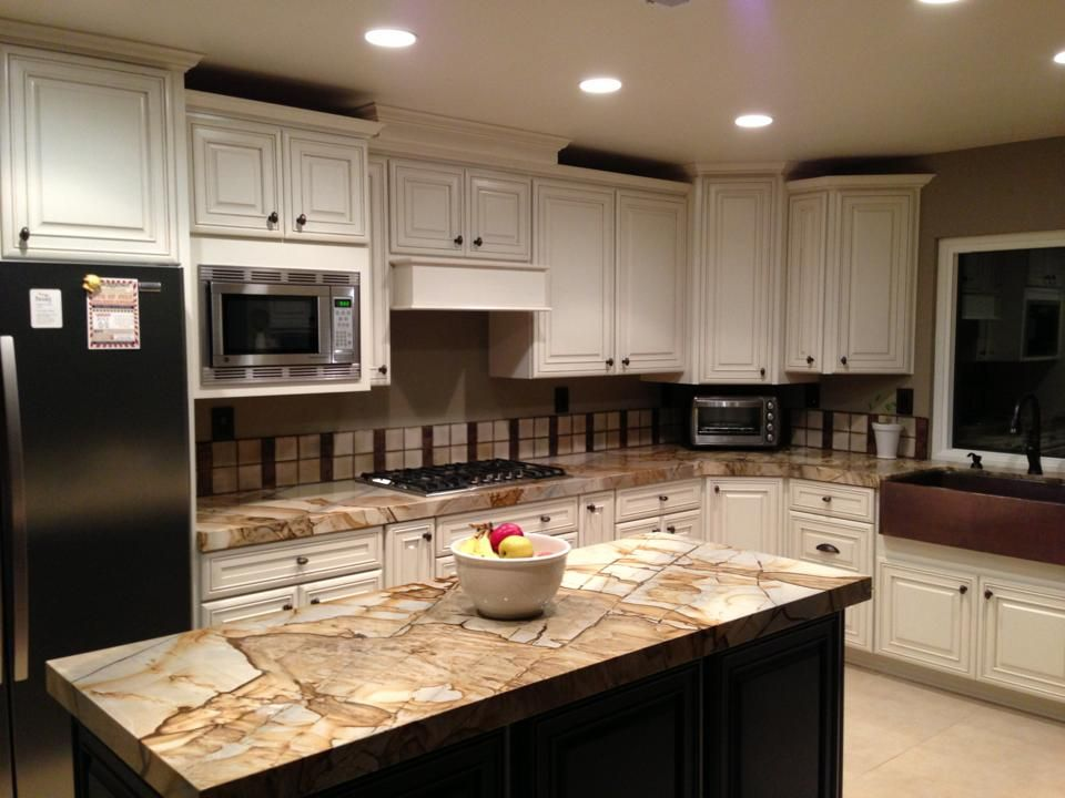 Kitchen roma imperiale white cabinets chocolate island for Home design roma