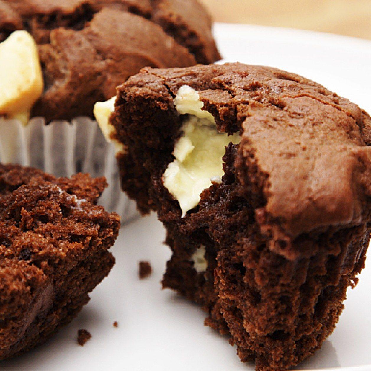 rezept f r schokomuffins mit fl ssigem kern aus wei er schokolade gummi sch rzen muffins. Black Bedroom Furniture Sets. Home Design Ideas