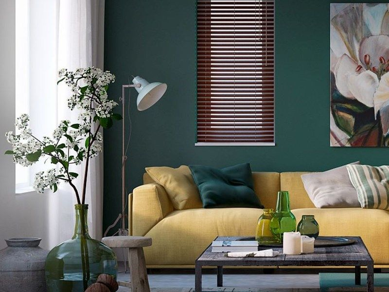 woonstijl interieur impressie woonkamer met okergele bank en