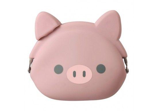P G design est une marque japonaise de design. Le porte-monnaie Pochi est né à l'époque du boum des ustensiles de cuisine en silicone. Ikuyo Ejiri, la designer de la marque a eu l'idée d'adapter l'utilisation au quotidien du silicone pour les accessoires. Craquez pour ce MIMI POCHI FRIEND, BOO le petit cochon tout mignon.